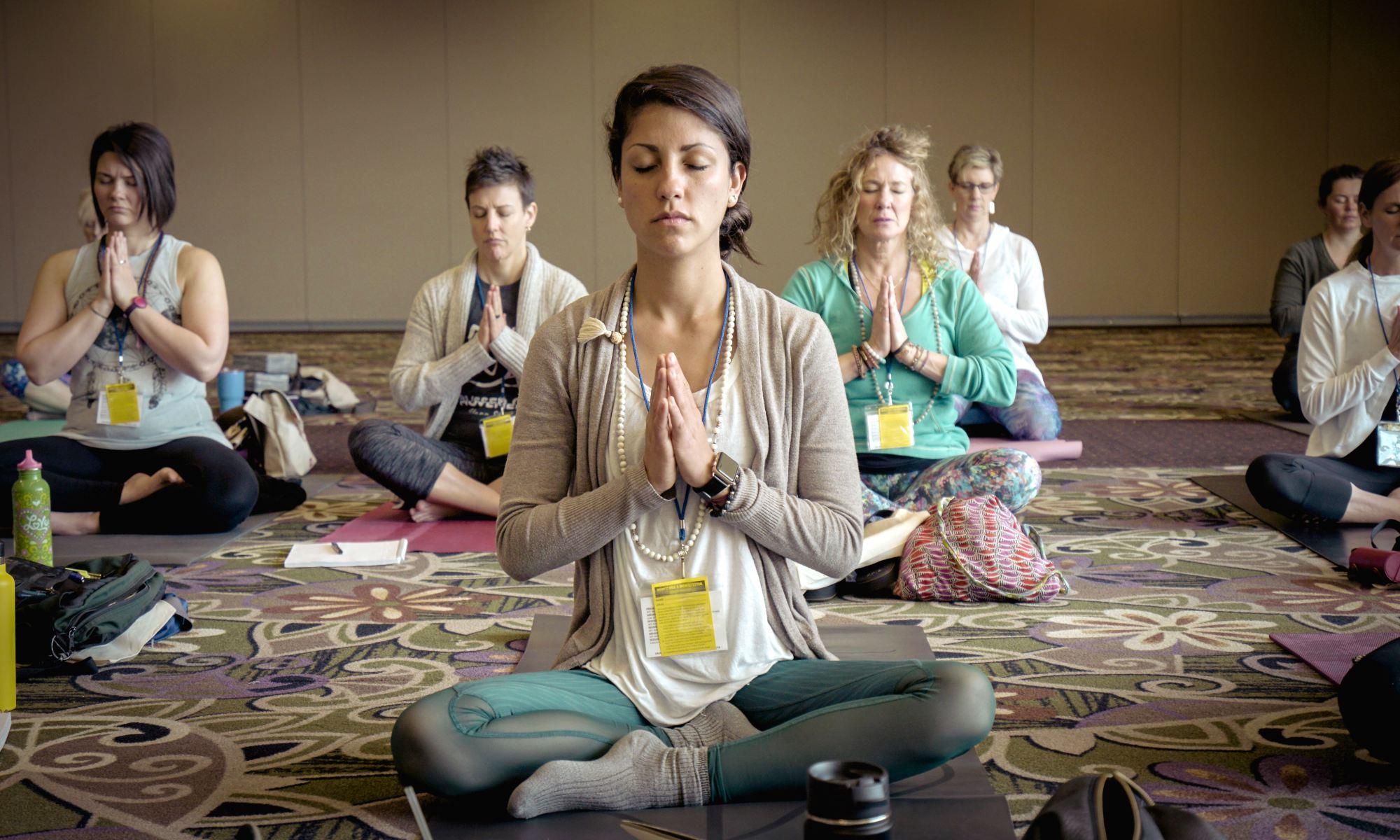 donne che meditano