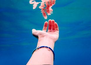 DoDo For Tenaka - Anne Sophie Roux hand under water - Copia